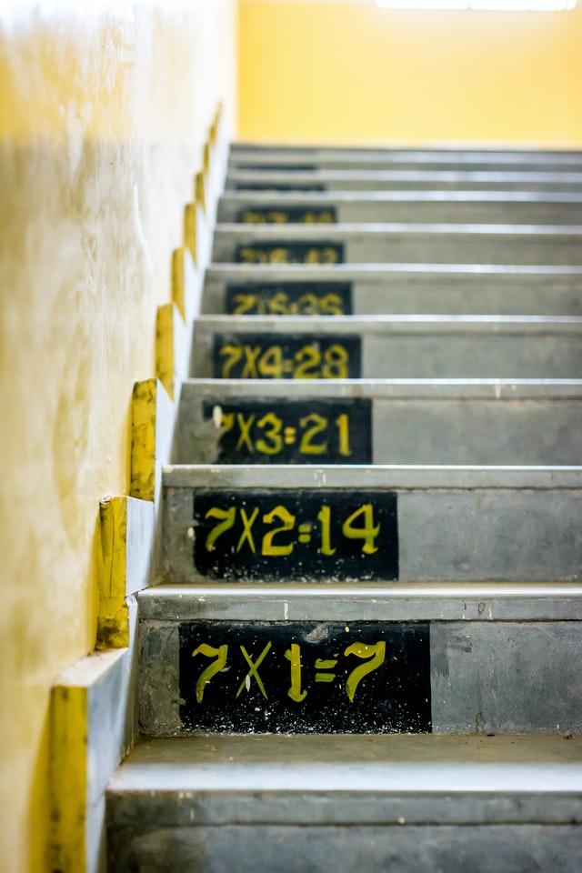 Le tabelline servono a memorizzare alcune proprietà dei numeri naturali (Photo by Gayatri Malhotra on Unsplash).